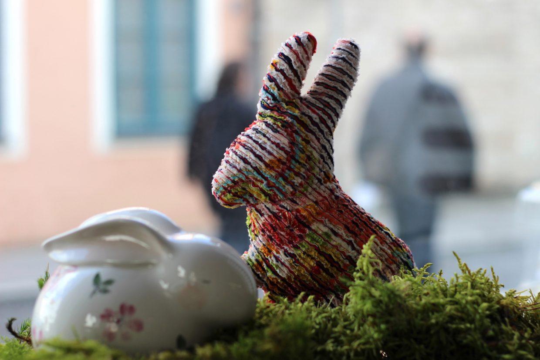 Hase aus Stoff und Hase aus Keramik